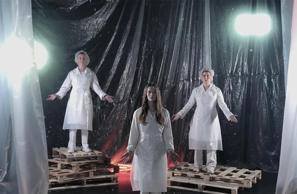 Jessie Lewis Skoglund och två medskådespelare poserar