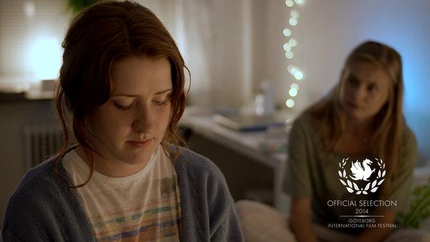 Stillbild från film, Jessie Lewis Skoglund sitter på en säng