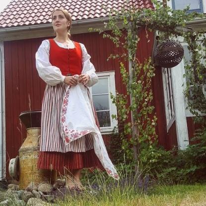 Jessie Lewis Skoglund i gammeldags svensk folkdräkt