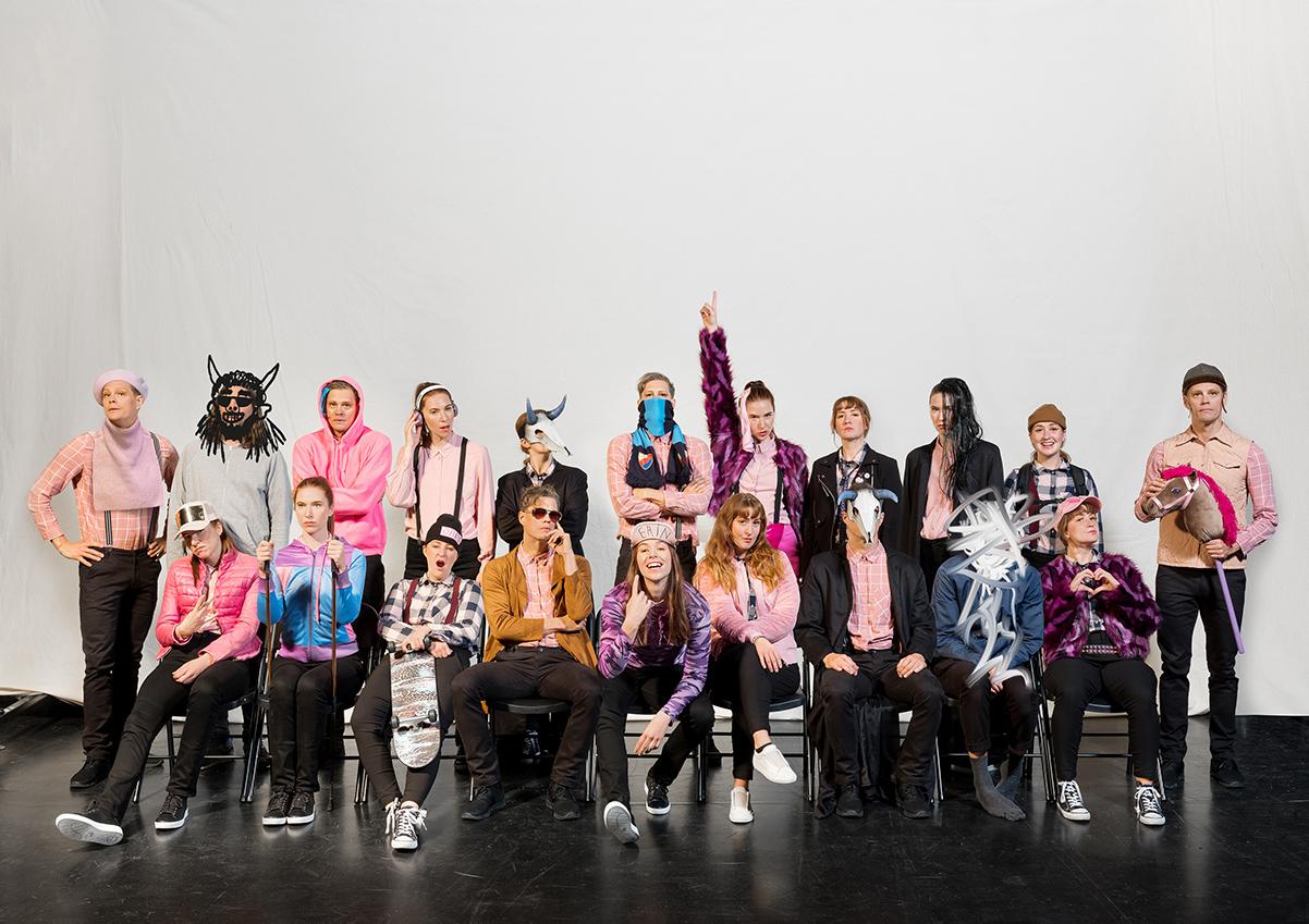 Foto på ensemblen från föreställningen Såå Fejk